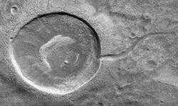 Фото дня: кратер-головастик на Марсе