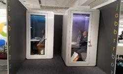 Стартап Jabbrrbox выпустил «будку для работы», похожую на холодильник с прозрачной дверью