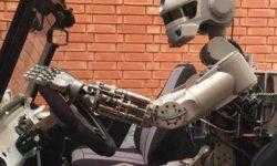 Антропоморфный робот Фёдор осваивает трюки в виртуальной реальности