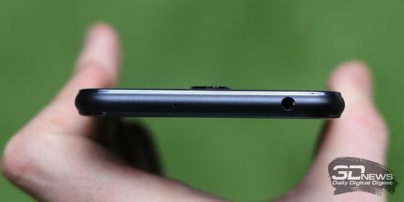 ASUS Zenfone 5 Lite, верхняя грань: мини-джек для наушников/гарнитуры и микрофон