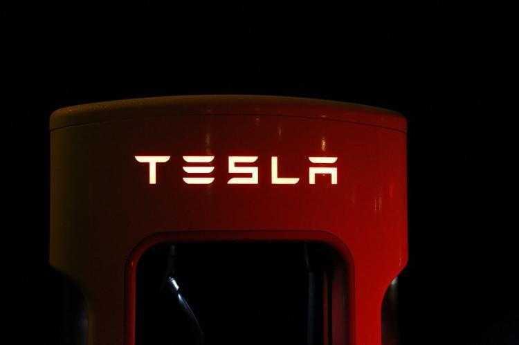 Фото Производитель электромобилей Tesla продолжает нести убытки
