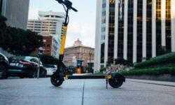 Создатели электроборда Boosted привлекли $6 млн и запустили сервис проката самокатов Skip со свободной парковкой