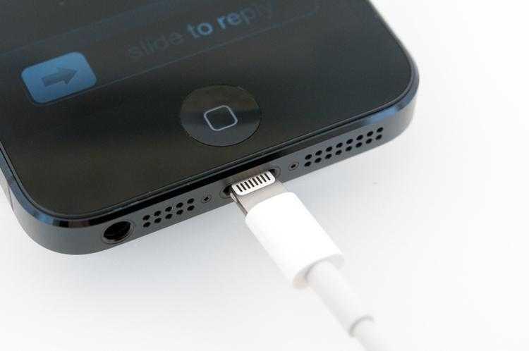 iPhone 5 первым получил порт Lightning. iPhone X мог его лишиться