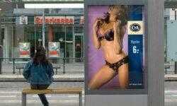 Власти Стокгольма запретили размещать оскорбительную и сексистскую рекламу в общественных местах