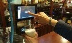 «Сбербанк» установил в Москве пивной кран с бесконтактной оплатой для сокращения очередей в баре