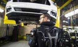 Ford начинает массовое внедрение экзоскелетов на своих предприятиях