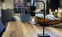 Дизайнеры создали красивую лампу с парящим в воздухе светом