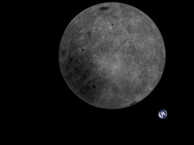 Фото темной стороны Луны рядом с Землей