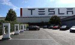 Бывший менеджер Tesla обвинил компанию в слежке за сотрудниками