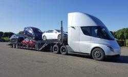 #фото | Грузовик Tesla перевозит электрические автомобили