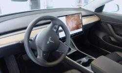 Покупатели подержанных автомобилей Tesla могут узнать личные данные бывших владельцев