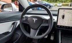 Илон Маск рассказал, для чего нужна камера над зеркалом заднего вида в Tesla Model 3