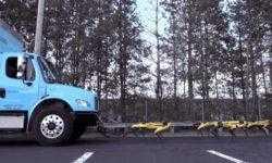 Видео дня: вереница роботов Boston Dynamics SpotMini тянет грузовик