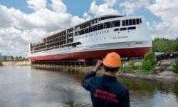 Первый за постсоветское время туристический лайнер «Петр Великий» успешно спущен на воду