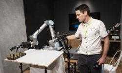 Эта роботизированная рука способна передавать тактильную связь на тысячи километров