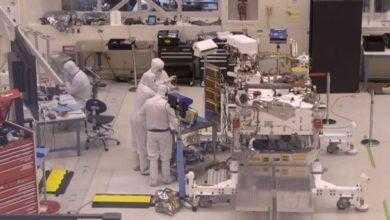 Фото Сборку марсохода NASA Mars 2020 теперь можно наблюдать «вживую»