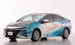 Автомобиль Toyota покрыт солнечными панелями и заряжается на ходу