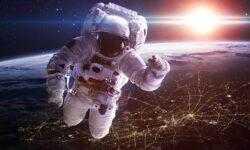 Какую зарплату получают космонавты России и США?