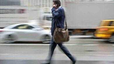 Фото Почему люди ходят во время разговора по телефону?