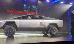 Илон Маск намекнул на выход в будущем мини-версии электрического пикапа Tesla Cybertruck