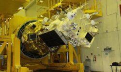 Повреждённый микрометеоритом российский спутник продолжит работу