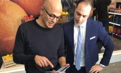 Сатья Наделла замечен со смартфоном Microsoft Surface Duo в руках
