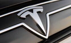 Исследователи нашли, как заставить автопилот Tesla превышать скорость