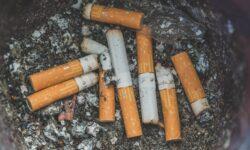 Сигареты выделяют вредные вещества даже после тушения