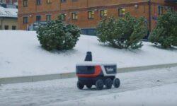 Видео дня: «Яндекс.Ровер» доставляет посылки по зимним улицам