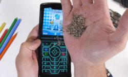 Видео: складной смартфон Motorola Razr проверили на выживаемость в пыли и под давлением