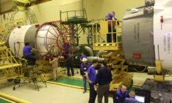 Фото дня: ракета «Союз-2.1а» готовится к перемещению на старт
