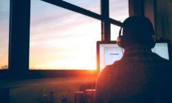 Как отвлечься от новостной повестки и расслабиться: помогут подкасты, кино и музыка
