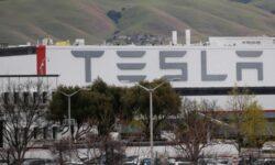 Tesla увольняет работающих по контракту на заводах в США