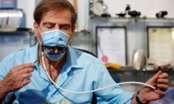 В Израиле создали защитную маску с механически управляемым отверстием для приёма пищи